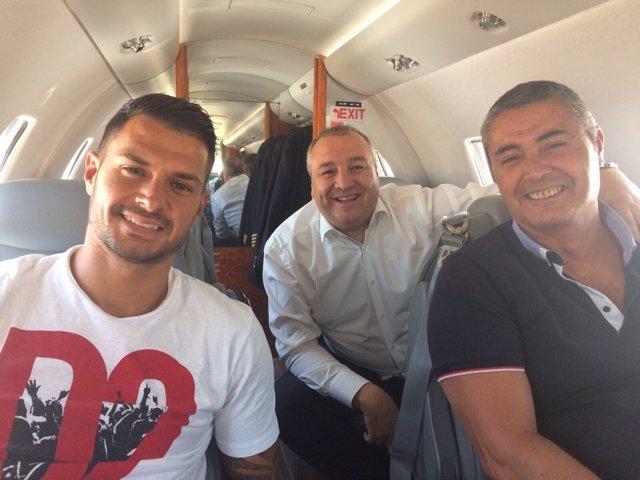 Vitolo en un avión privado de camino a Madrid