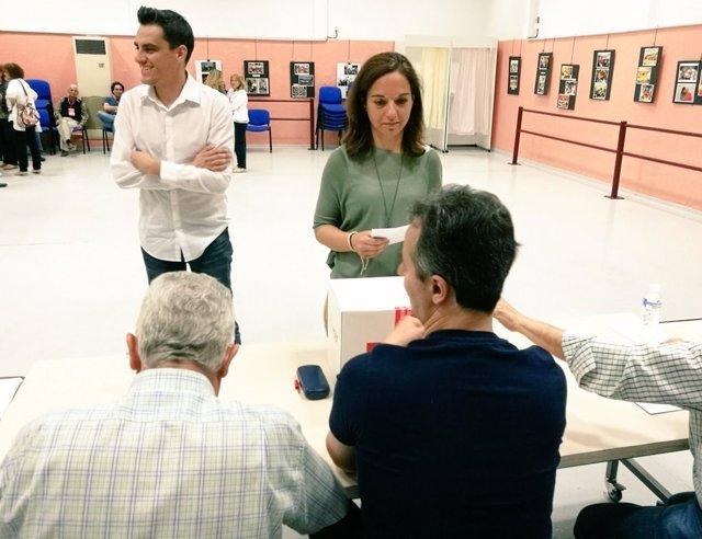Sara Hernández deposita su voto para las primarias