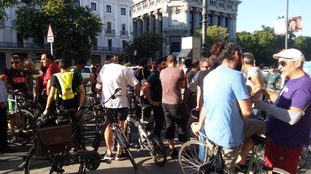 Ciclistas reunidos en el cruce donde murió el usuario de BiciMad