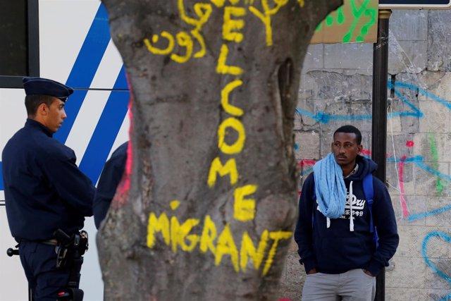 Francia expulsa a más de 2.000 refugiados de un campamentos en el norte de París