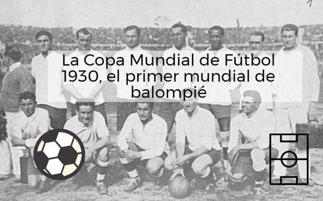 La selección uruguaya en un partido del mundial de fútbol de 1930