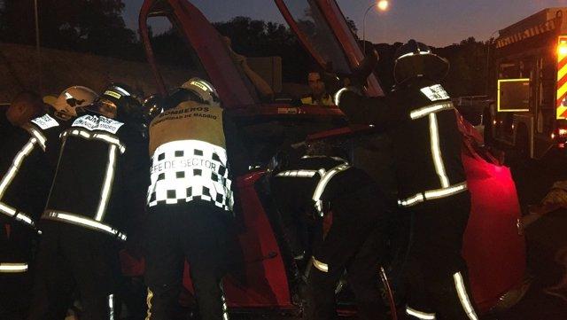Los bomberos sacan a cuatro jóvenes de 20 años en un accidente en la M-40