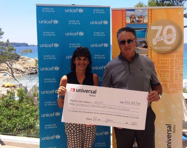 Entrega de cheque de UniversalHotels a Unicef Baleares