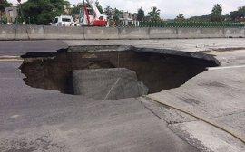 Mueren dos hombres por un socavón en una autopista recién inaugurada de México