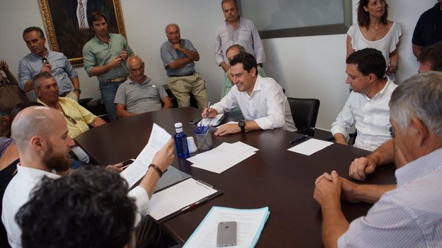 El presidente del PP-A, Juanma Moreno, reunido en Isla Mayor