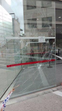 Detenidos en Lleida por romper con piedras la puerta de cristal de la Audiencia