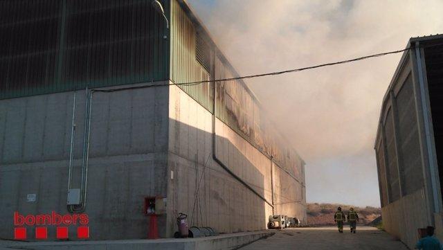 Arde una nave llena de paja y festuca en Alcarràs (Lleida)