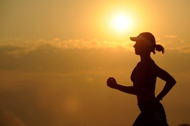 Mujer corre al atardecer