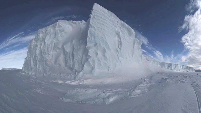 Un gegantesc iceberg es desprèn de l'Antàrtida