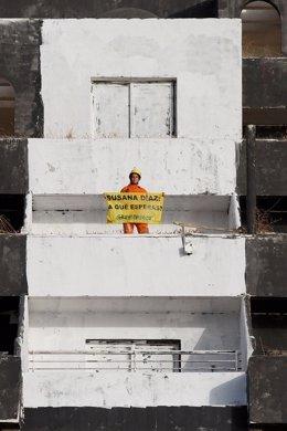 Una activista tras pintar el Algarrobico reclama a Susana Díaz que actúe