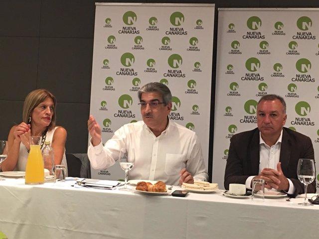 El presidente de NC, Román Rodríguez, con diputados nacionalistas en un desayuno