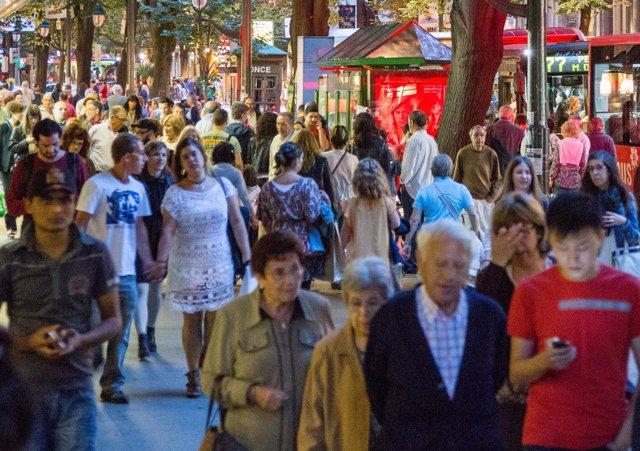 Peatones en la calle Gran Vía de Don Diego , población vasca