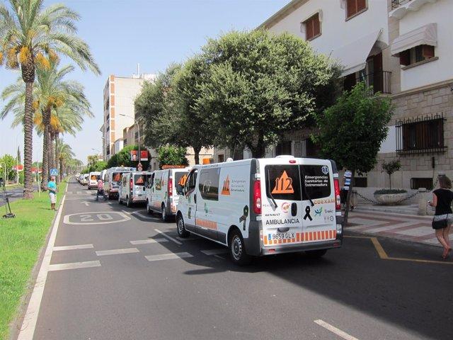 Un centenar de ambulancias protesta ante la residencia de Vara