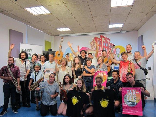 Concejales y  la Fundación Pioneros con los músicos