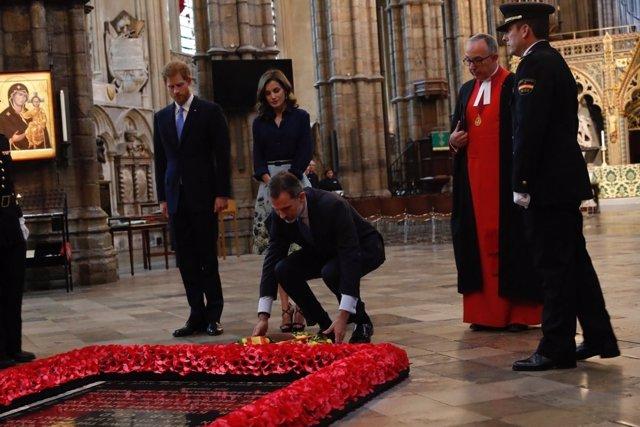 Los Reyes durante el homenaje a los caídos en la Abadía de Westminster