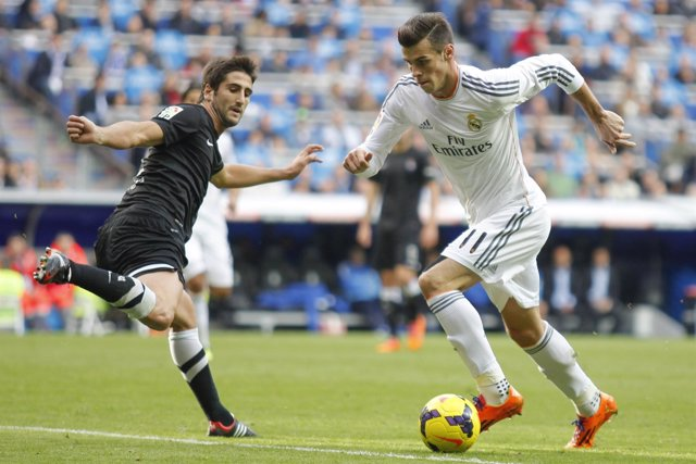 Gareth Bale desborda a Markel Bergara
