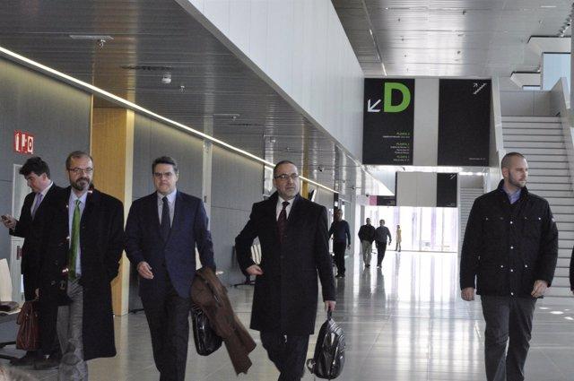 Agapito Iglesias, con abrigo negro y portando un maletín, abandona los juzgados.