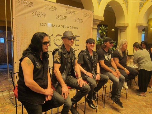 Los integrantes de la banda 'Scorpions' presentan su gira 'Crazy World Tour'