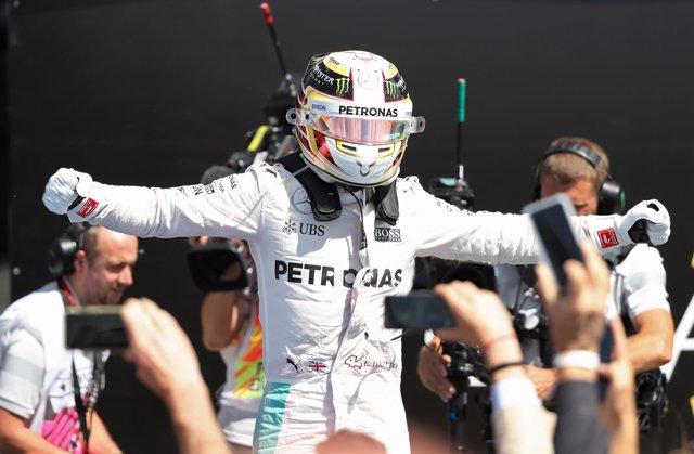 Hamilton celebra su victoria en Silverstone