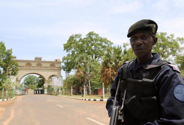 La Policía de Gambia registra las propiedades del expresidente Yahya Jammeh.