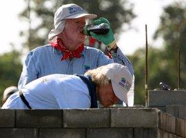 El expresidente de EEUU Jimmy Carter sufre una deshidratación durante la construcción de una vivienda para una ONG