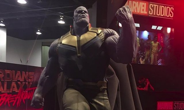 Estatua de Thanos en la D23