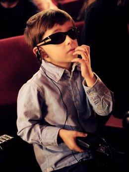 Niño con ceguera