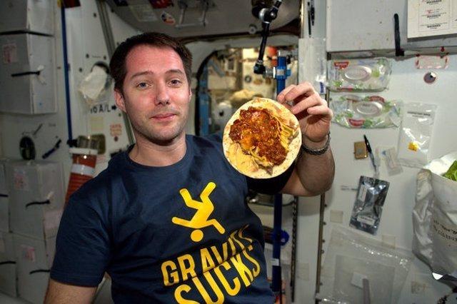 Astronauta con comida