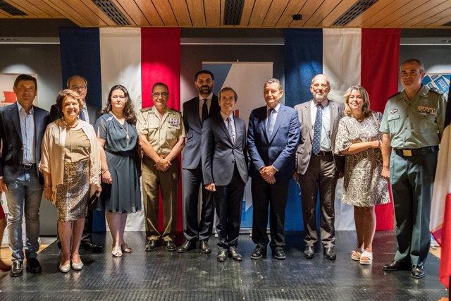 El embajador de Francia en España, Yves Saint-Geours, rodeado de los invitados.