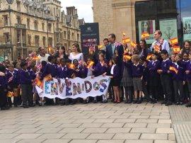 Escolares, turistas y curiosos reciben a los Reyes de España en la Universidad de Oxford