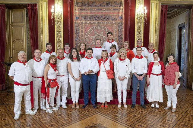 Ana Ollo con representantes de las casas regionales