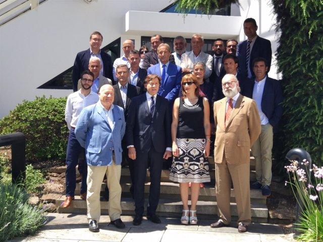 Lete con los miembros del  Club Financiero Atlántico.