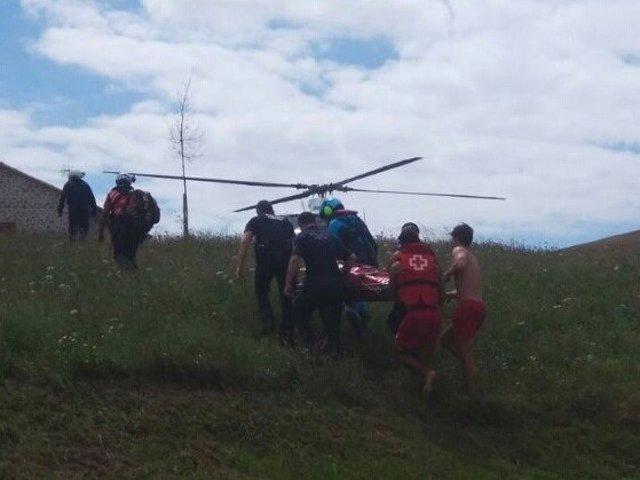 Evacuación de un bañista de la playa de Usgo