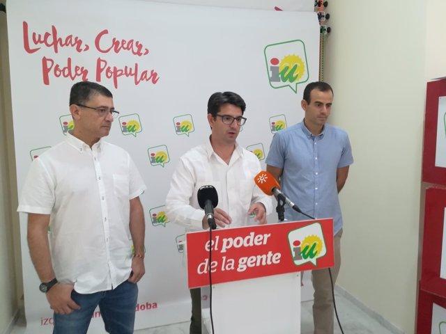 Bustamante (dcha.) junto a García y Cabrera en la sede de IU en Córdoba