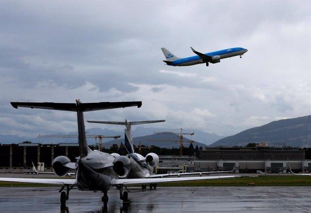 Un avión despega de un aeropuerto.