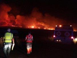 Desalojadas varias viviendas cercanas al incendio de Arroyo de San Serván, en el que trabajan más de cien efectivos