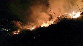 """Vara pide que ningún vecino """"asuma riesgos personales"""" en el incendio de la Sierra de Arroyo, que sigue """"descontrolado"""""""