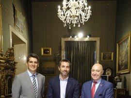 El Ayuntamiento analiza con el Grupo Iberia el incremento de su oferta en el aeropuerto de Sevilla