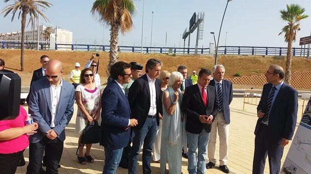 De la Serna junto a Teófila Martínez inaugurando una obra en Cádiz