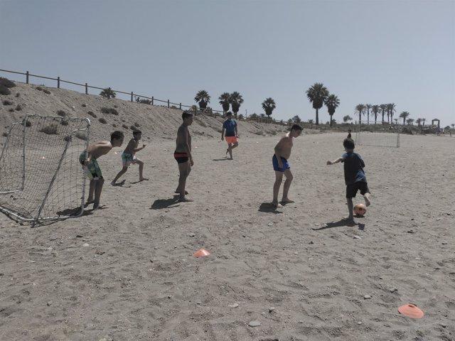 La última jornada de 'Deporte en Familia' ha sido en la playa de El Toyo.