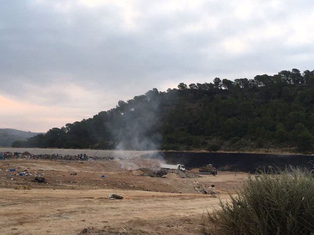 Extinguido el incendio en un vertedero de Pedralba