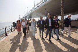 De la Serna inaugura en Cádiz el paseo marítimo bajo el Puente de la Constitución de 1812