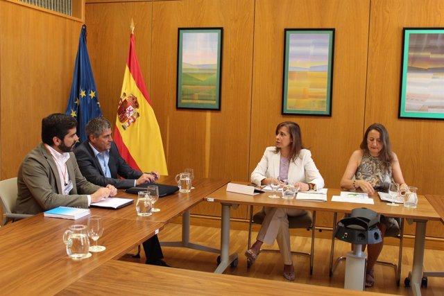La directora del Agua se reúne con el director de Aguas gallego, Roberto Rguez.