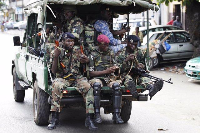 Soldados Gubernamentales De Patrulla Por Abiyán