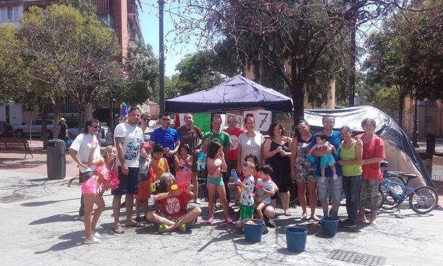 Vecinos participantes en la fiesta de agua en Carabanchel