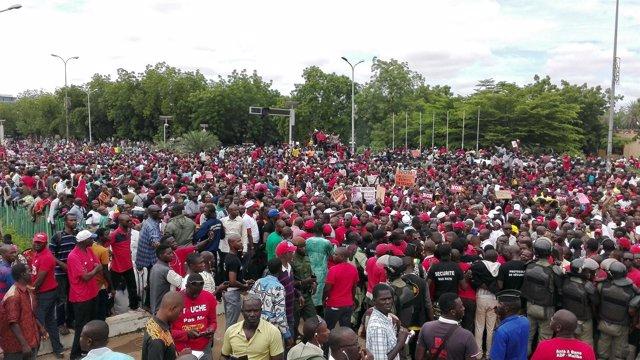 Miles de malienses protestan contra el referéndum sobre el cambio constitucional