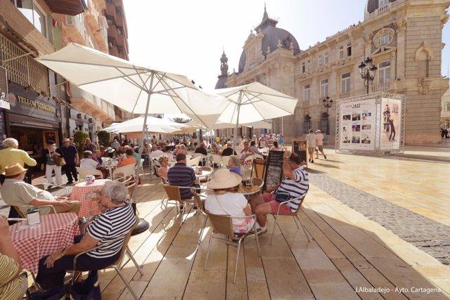 Turistas, terrazas, verano, turismo