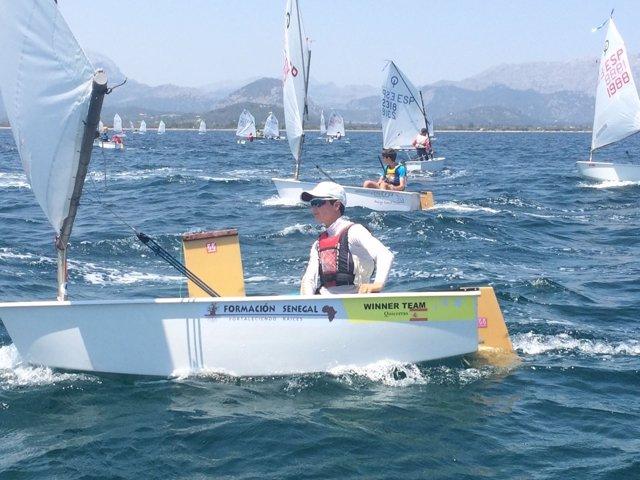 El joven Quicorras navegando en Optimist