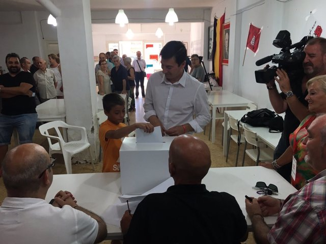 Rafa García vota en las primarias del PSPV