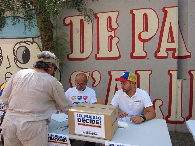 Un venezolano vota en las mesas improvisadas en la calle